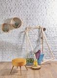 与圆的框架和枕头的砖墙内部 库存图片