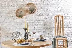 与圆的框架和桌的砖墙内部 免版税库存照片