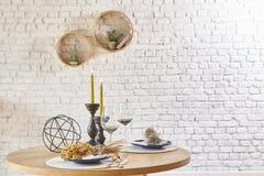 与圆的框架和桌的砖墙内部 免版税库存图片
