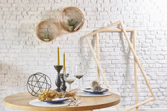 与圆的框架和桌的砖墙内部 库存图片