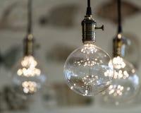 与圆的玻璃球,黄铜插口,发光的LED下垂光,垂悬从天花板8x10 免版税库存照片