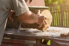 与圆锯的室外木材加工 免版税图库摄影