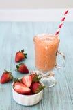与圆滑的人的草莓在玻璃杯子 库存图片