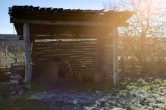 与土制火炉的古老凯尔特风雨棚 免版税库存照片