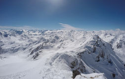 与土坎的山和雪在冬天, Hochfà ¼ gen,奥地利 免版税图库摄影