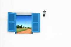 与土壤的希腊样式视窗和闪亮指示弯曲路 库存照片