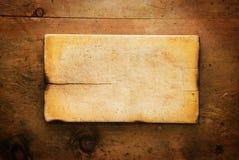与土气厨具的葡萄酒木桌 免版税库存照片