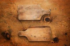 与土气厨具的葡萄酒木桌 免版税库存图片