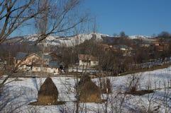 与土气房子的山景 库存图片