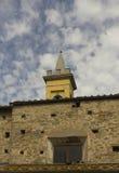 与土气石头和砖墙的拉斯特拉阿西尼亚belltower 免版税图库摄影