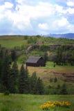 与土气老谷仓的领土看法 免版税库存图片