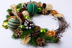 与土气黄麻麻线的圣诞节花圈装饰了装饰品和 免版税库存照片