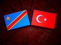 与土耳其旗子的刚果民主共和国旗子在树桩 免版税库存照片