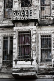 与土耳其旗子的遗弃大厦 图库摄影