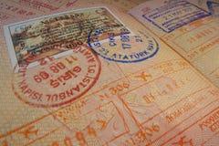 与土耳其签证和移民控制邮票的护照页 库存照片