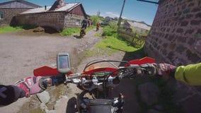 与土自行车的Enduro旅途在Th路高在白种人山,小山,谷 股票录像