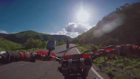 与土自行车的Enduro旅途在Th路高在白种人山,小山,谷 股票视频