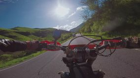 与土自行车的Enduro旅途在Th路高在白种人山,小山,谷 影视素材