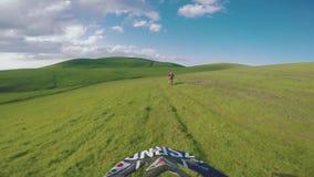 与土自行车高在白种人山,小山,谷的Enduro旅途 影视素材