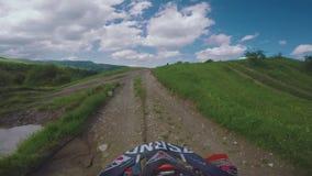 与土自行车高在白种人山,小山,谷的Enduro旅途 股票录像