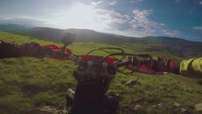 与土自行车高在白种人山,小山,谷的Enduro旅途 股票视频