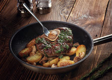 与土豆和蘑菇菜蔬菜炖肉的油煎的ossobuco  图库摄影