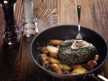 与土豆和蘑菇菜蔬菜炖肉的油煎的ossobuco  免版税库存图片