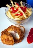 与土豆和辣味番茄酱垂直的炸鸡 库存图片