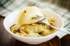 与土豆装填的煮沸的饺子 免版税库存照片
