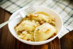 与土豆装填的煮沸的饺子 库存图片