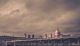 与圣保罗大教堂的伦敦地平线黄昏的 库存照片