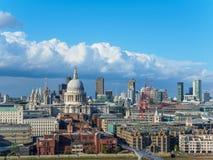 与圣保罗` s大教堂、千年泰晤士河的北部银行的桥梁和摩天大楼的伦敦地平线 图库摄影