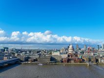 与圣保罗` s大教堂、千年泰晤士河的北部银行的桥梁和摩天大楼的伦敦地平线 免版税图库摄影