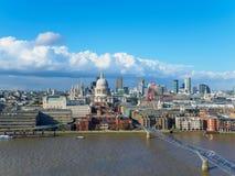 与圣保罗` s大教堂、千年泰晤士河的北部银行的桥梁和摩天大楼的伦敦地平线 免版税库存图片