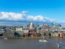 与圣保罗` s大教堂、千年泰晤士河的北部银行的桥梁和摩天大楼的伦敦地平线 免版税库存照片
