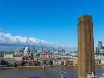 与圣保罗` s大教堂、千年现代桥梁、泰晤士河的北部银行的塔特和摩天大楼的伦敦地平线 免版税图库摄影