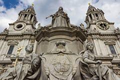 与圣保罗` s大教堂尖顶的女王维多利亚雕象 库存图片