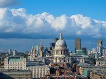 与圣保罗` s泰晤士河的北部银行的大教堂和摩天大楼的伦敦地平线 免版税库存照片
