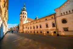 与圣安德鲁斯教会的街道视图在老城市 图库摄影