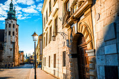 与圣安德鲁斯教会的街道视图在老城市 库存照片
