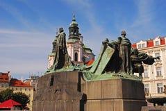 与圣尼古拉教会的扬・胡斯纪念雕象在背景中 免版税库存照片