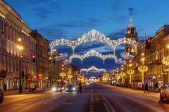 与圣彼得堡为圣诞节照亮的市杜马的涅夫斯基远景 图库摄影