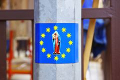 与圣母玛丽亚的图象的贴纸欧盟的旗子的 库存照片