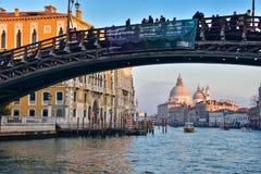 与圣玛丽亚della致敬和大运河的Ponte dell Accademia 库存图片