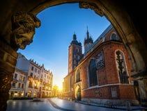 与圣玛丽的大教堂的老城市视图在克拉科夫,波兰 被停泊的晚上端口船视图 免版税库存照片