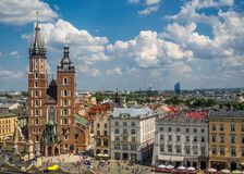 与圣玛丽` s大教堂的老市中心视图在克拉科夫 免版税库存图片