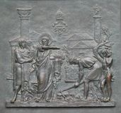 与圣皮特圣徒・彼得生活的图象的古铜色门:基础罗马教皇看见 免版税库存图片
