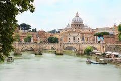 与圣皮特圣徒・彼得` s大教堂的Ponte Sant `安吉洛在横跨台伯河,罗马,意大利的背景中 库存图片