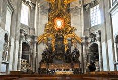 与圣皮特圣徒・彼得的主教的座位的近星点在圣伯多禄的大教堂,梵蒂冈 库存照片