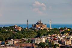 与圣索非亚大教堂的伊斯坦布尔都市风景城市 免版税库存图片